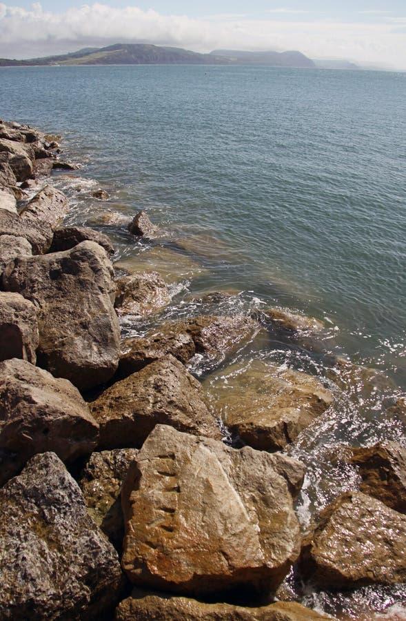 Lyme Regis kustlinje som är berömd för fossil royaltyfri bild