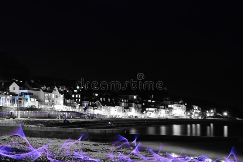 Lyme Regis på natten arkivfoto