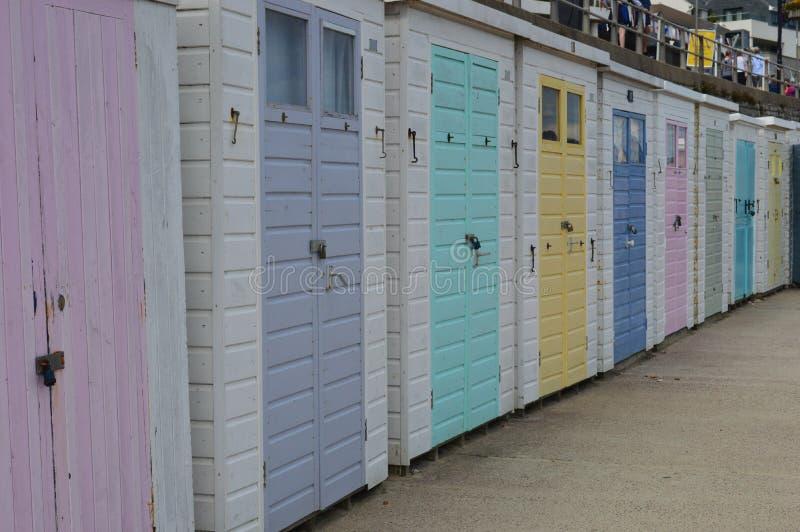 Lyme Regis rad av strandkojor royaltyfria foton