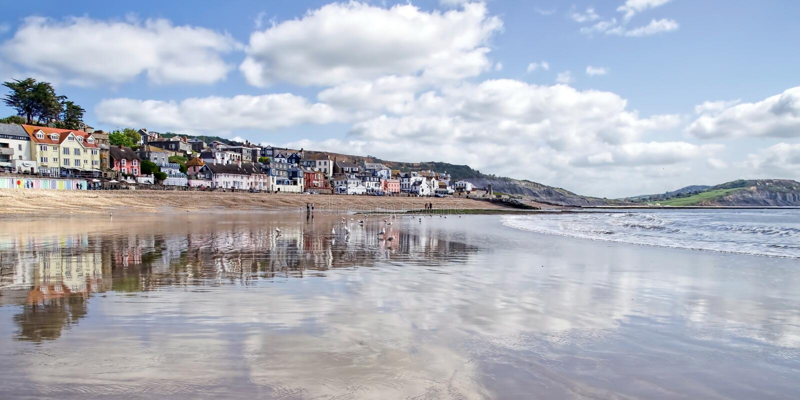 Lyme Regis Seafront Reflections - Maj 2015 royaltyfria foton
