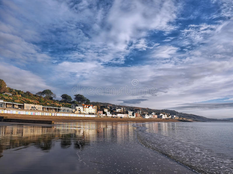 Lyme Regis Seafront Reflections - Oktober royaltyfri bild