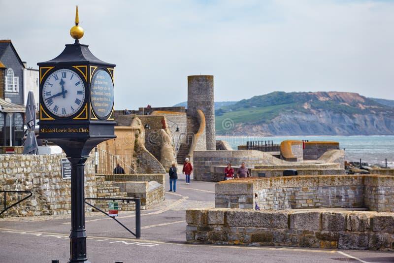 Lyme Regis xx wiek konflikty osiągają w Cobb bramy parking samochodowym Lyme regis england fotografia stock