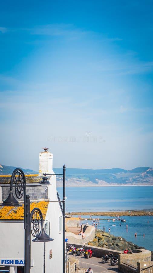 Lymeregis promenade op Jurakust in de Britse toevluchtplaats stock fotografie