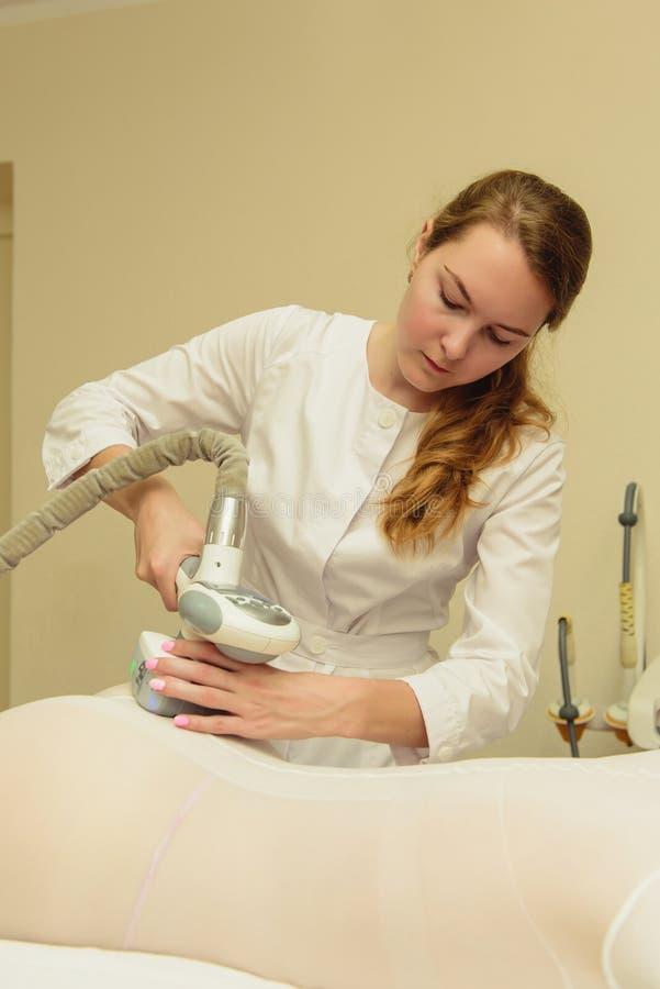 Lymfatisk process f?r apparatur f?r dr?neringmassage LPG Kvinna i den vita dr fotografering för bildbyråer