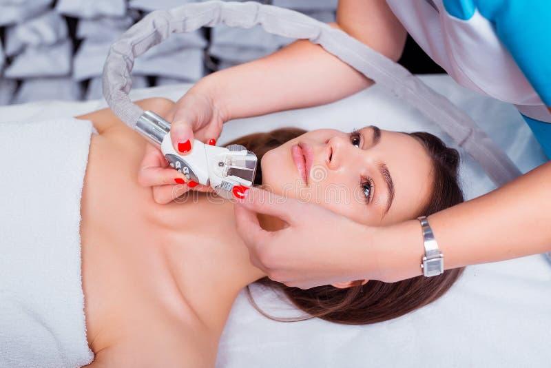 Lymphentwässerungsmassage LPG-Apparateprozeß Therapeutkosmetiker macht eine verjüngende Gesichtsmassage für die Frau lizenzfreies stockbild