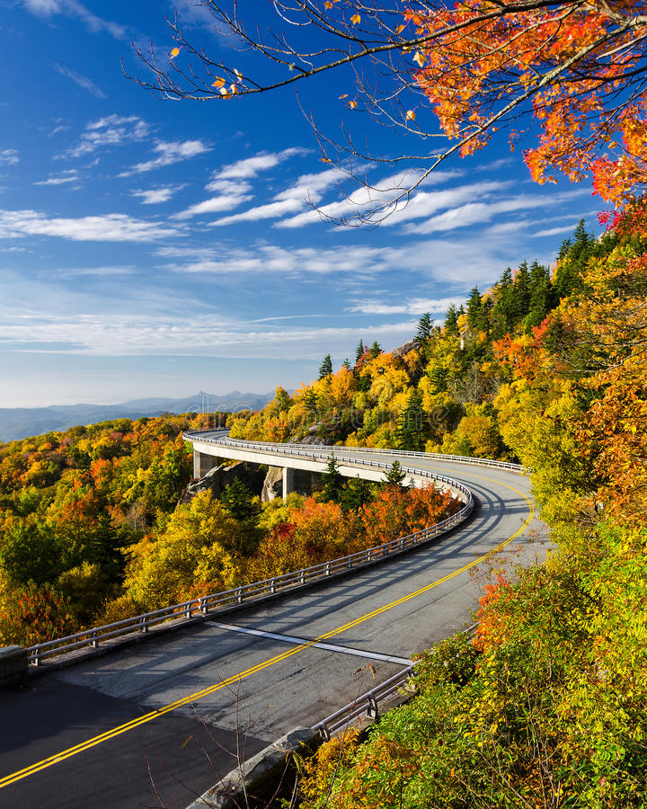 Lynn Cove Viaduct, Ridge Parkway blu fotografie stock