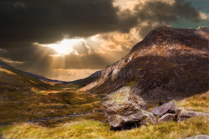 Lynnig dramatisk bergsolnedgångliggande arkivbild