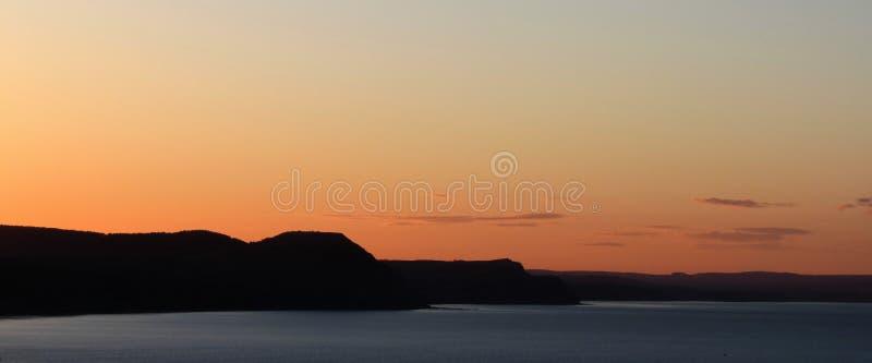 Lynnig kustlinje för regis för lyme för himmelsolnedgångseascape fotografering för bildbyråer