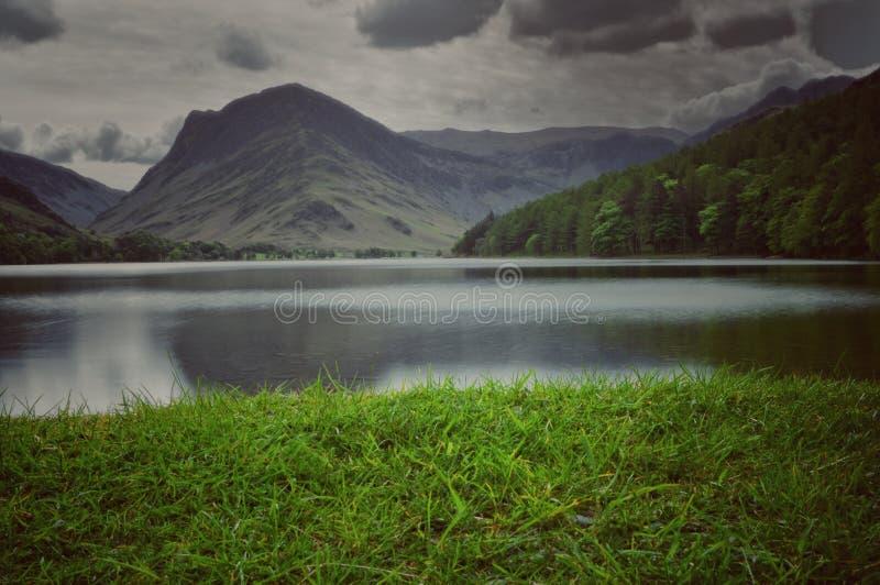 Lynniga himlar över Buttermere royaltyfri fotografi
