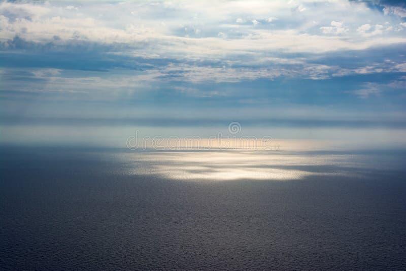 Lynniga himlar över det Ionian havet royaltyfria bilder