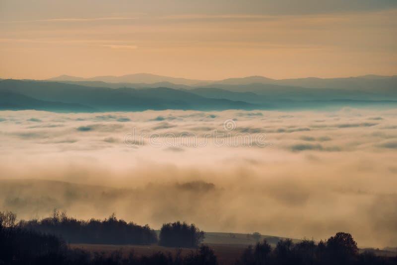 Lynnigt höstlandskap med kullar, berg och moln, Slovakien royaltyfria bilder