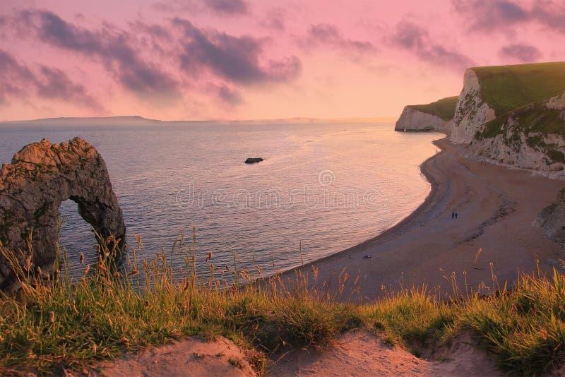 Lynnigt solnedgånglandskap, durdledörrstrand, dorset arkivbild