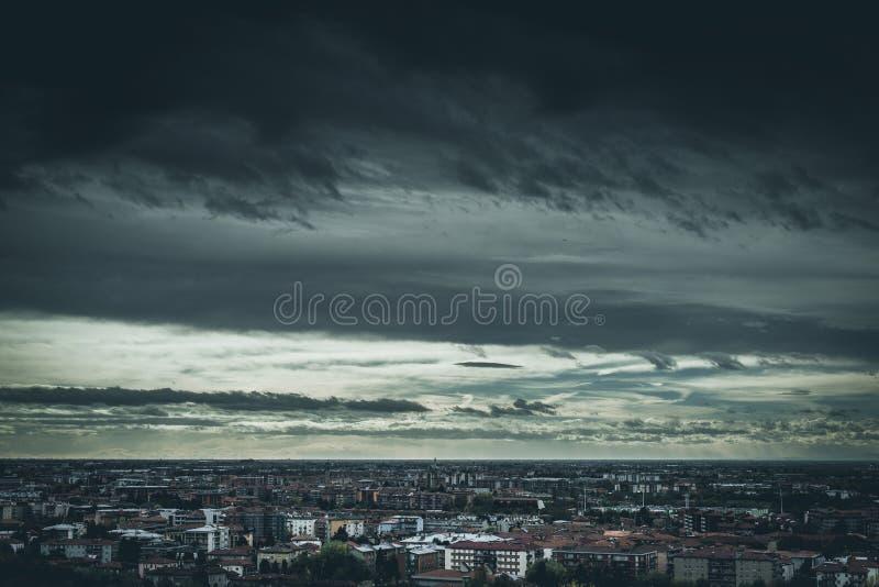 Lynnigt väder över staden royaltyfria bilder