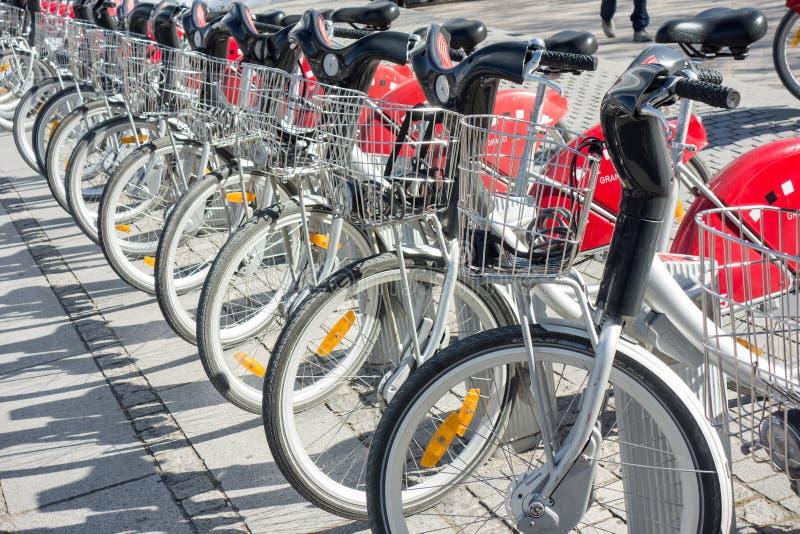 LYON, FRANKREICH - am 15. April 2015 - geteilte Fahrräder werden in den Straßen von Lyon, Frankreich ausgerichtet Velo'v Grand Ly lizenzfreie stockfotografie