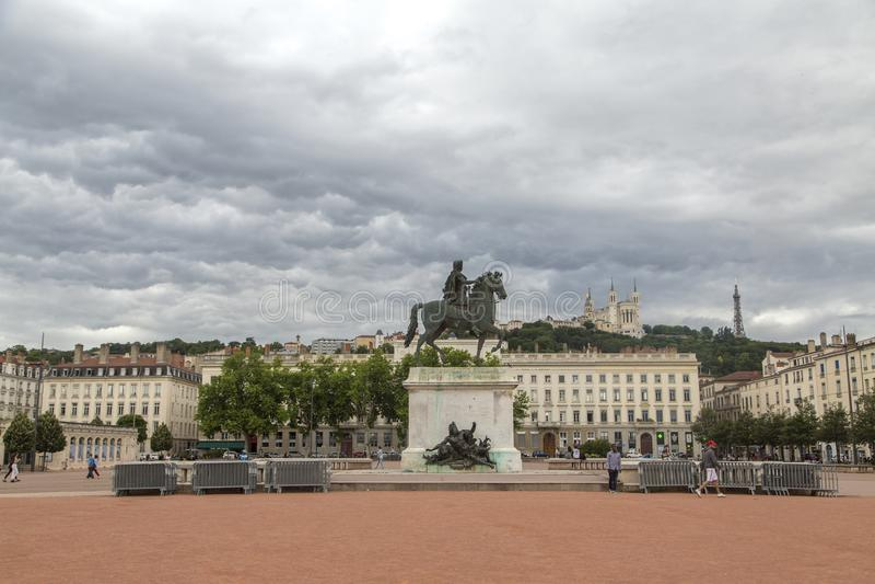 LYON, FRANKREICH - 11. Juni 2018: Ansicht Bellecour-Quadrat mit einer Bronzereiterstatue von Louis XIV in der Mitte, 1825 Lyon-Pl lizenzfreies stockbild
