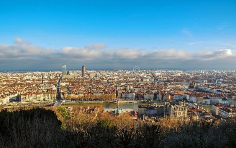 Lyon, Frankreich: Vogelperspektive des breiten Panoramas der Stadt mit den Marksteinen umgeben durch rote Dachspitzen und Kamine stockfotografie