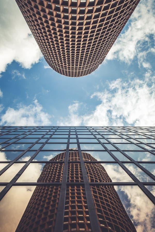 LYON FRANKRIKE - 2017: byggnadsreflexion i ett annat byggnadstorn royaltyfri bild