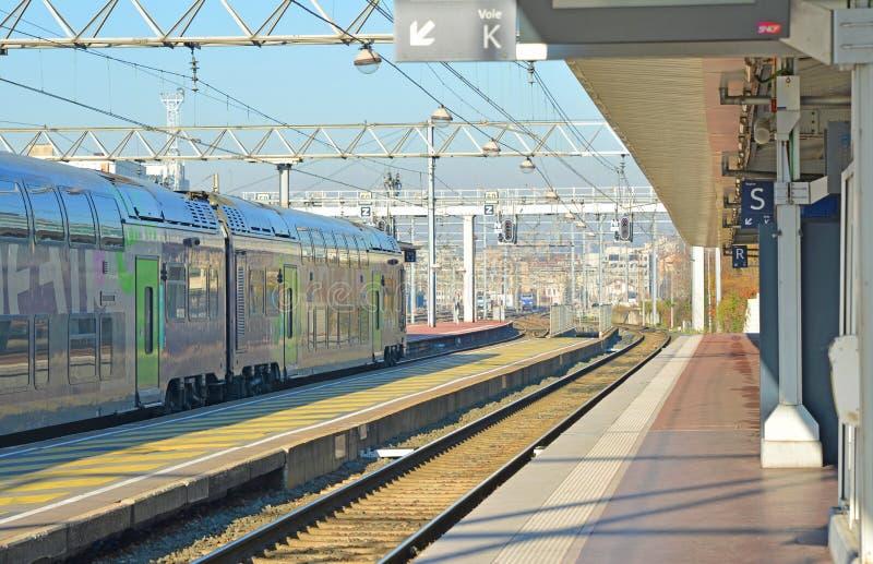 LYON FRANKRIKE - DECEMBER 10, 2016: Fransk järnvägsstationplattform- och drevSNCF i Lyon, Frankrike royaltyfri foto