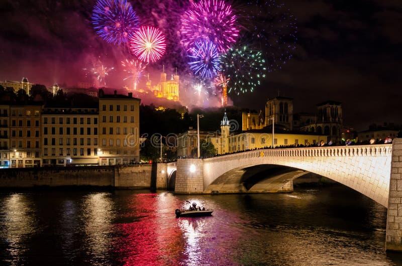 Lyon (Frankrike) fyrverkerier på Notre-Dame de Fourviere för den nationella ferien arkivfoton