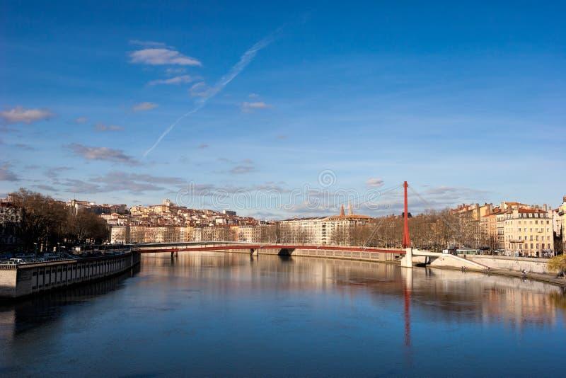 Lyon horisont med spången över Saonet River och stranden arkivfoton
