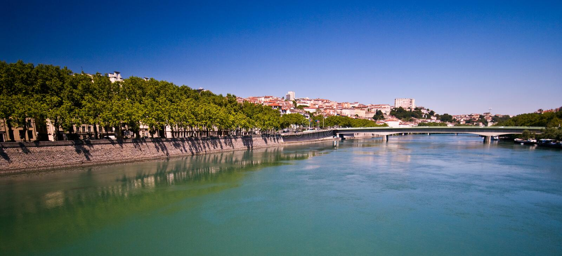Lyon-Panorama mit Fluss am sonnigen Sommertag stockbild