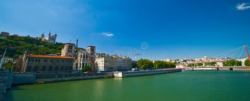 Lyon-Panorama mit Fluss am sonnigen Sommertag lizenzfreie stockfotografie