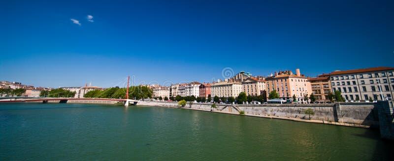 Lyon-Panorama mit Fluss am sonnigen Sommertag lizenzfreie stockbilder