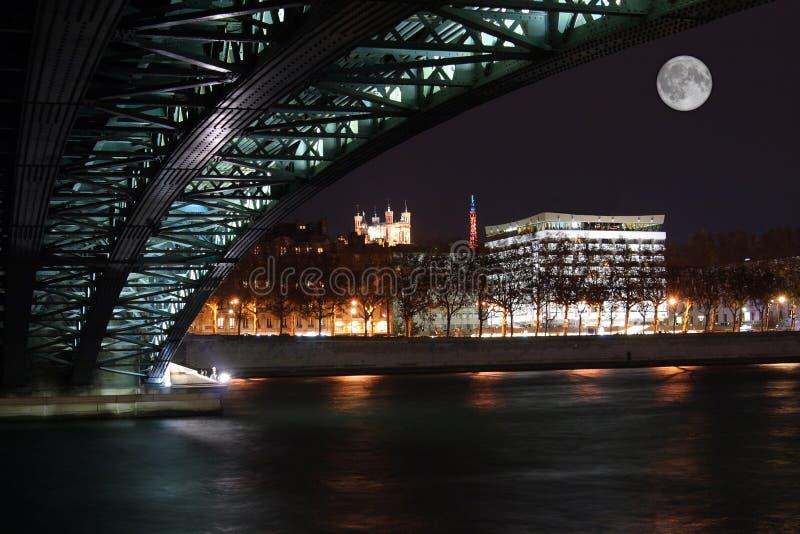 Lyon par nuit, sur le côté du Rhône images stock