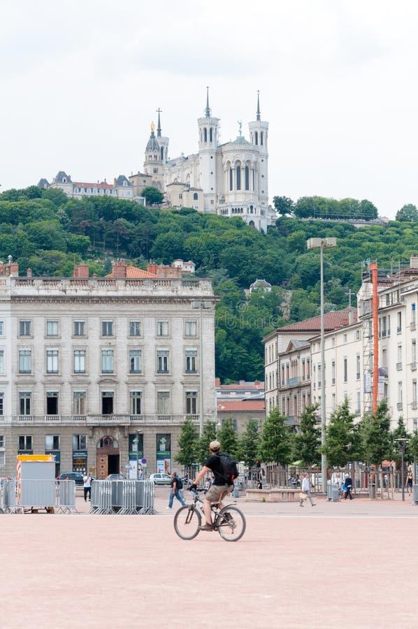 Lyon, Rhone-Alpes, França - 19 de maio: Vista na basílica de Notre Dame de Fourviere do quadrado de Bellecour fotos de stock