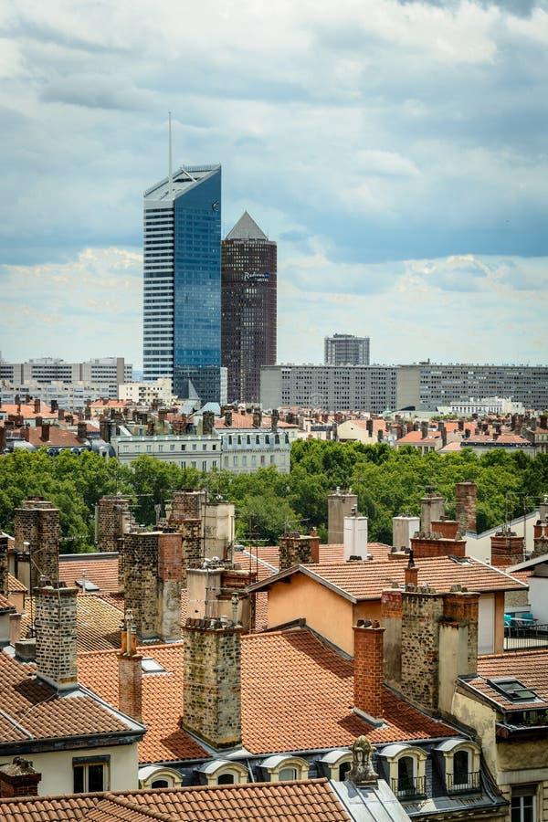 Lyon-Skyline mit alten Kaminen und Dächern stockfotos