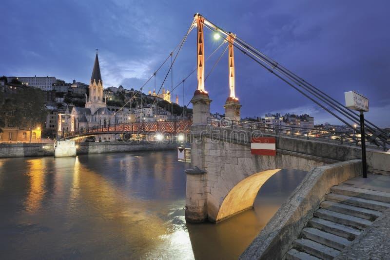 Lyon und Fluss Saone nachts lizenzfreies stockbild