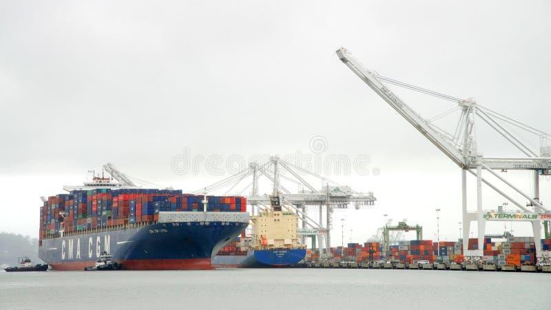 LYRA da CGM de CMA do navio de carga que entra no porto de Oakland imagem de stock