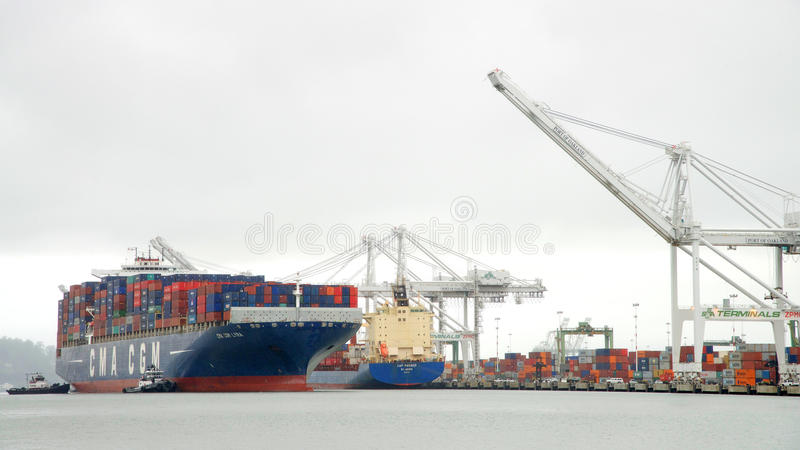 LYRA de la CGM de CMA de cargo entrant dans le port d'Oakland image stock