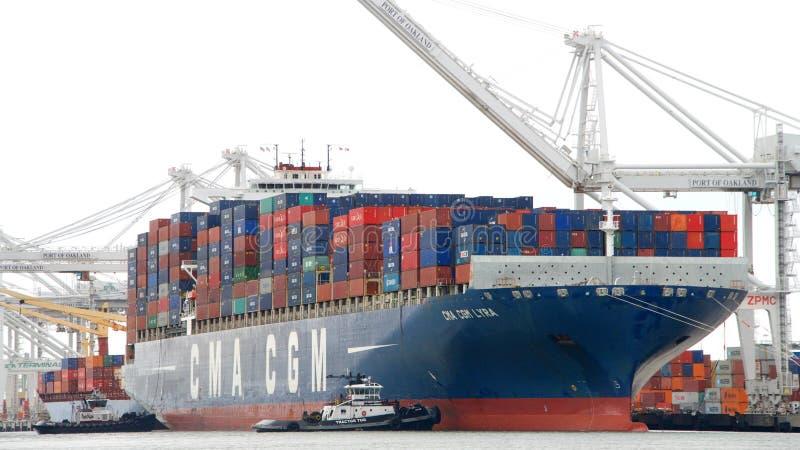 LYRA de la CGM de CMA del buque de carga que entra en el puerto de Oakland imágenes de archivo libres de regalías