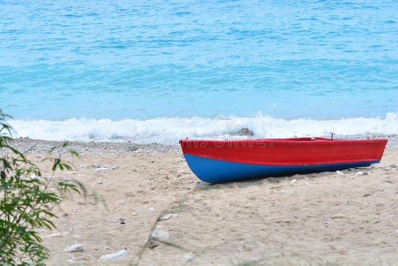 Lyrisk seascape med ett ensamt fartyg på havsstranden royaltyfri bild