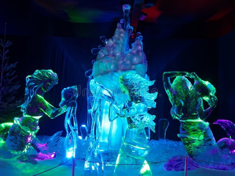 Lysande magisk värld för sjöjungfruisskulpturer royaltyfri bild