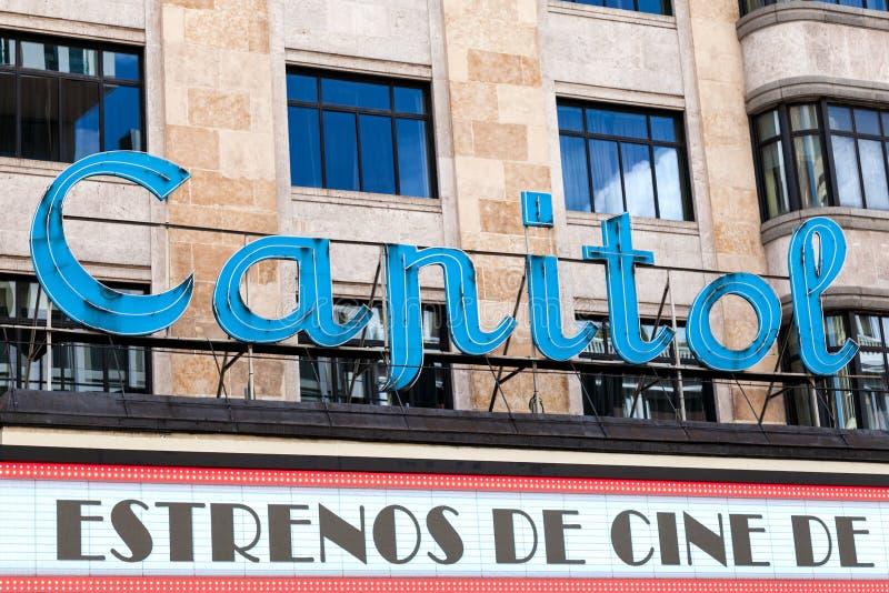 Lysande tecken av den berömda Kapitoliumbion i Madrid fotografering för bildbyråer