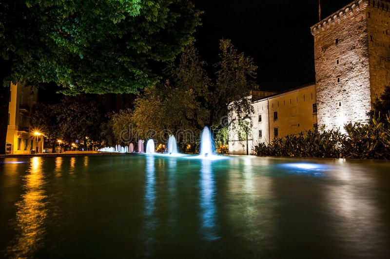 Lysande vattenlekar i natten arkivbild