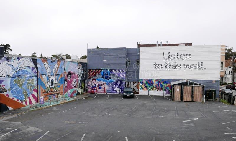 Lyssna till denna vägg - väggmålning i San Francisco arkivbilder