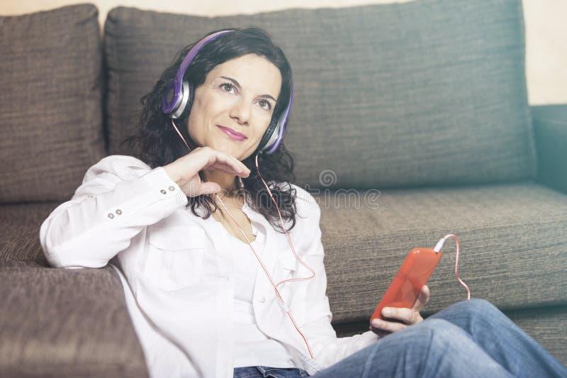 Lyssna till musik royaltyfri fotografi