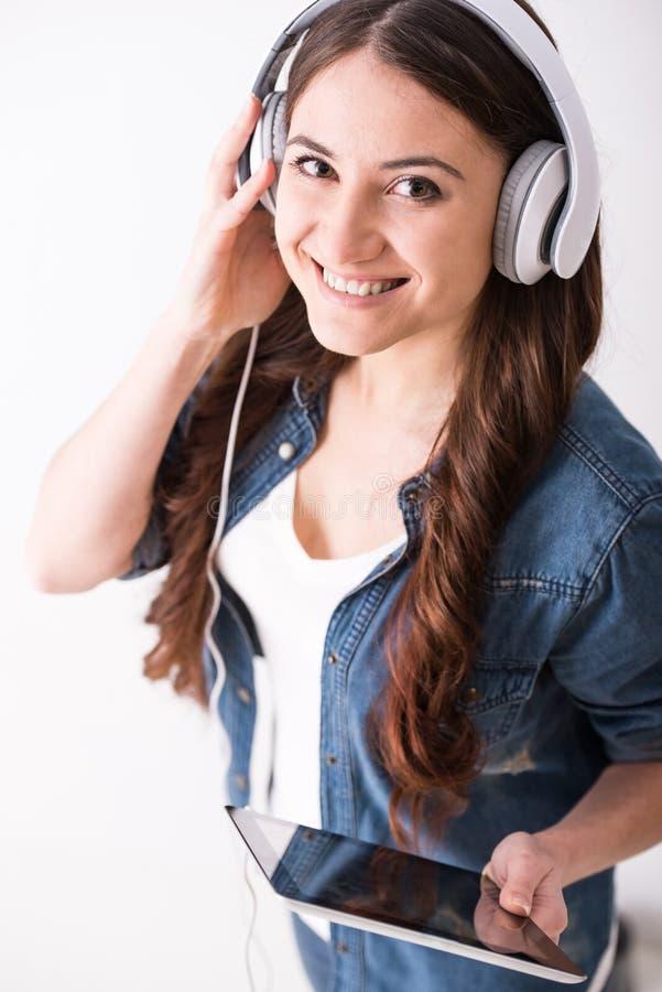 Lyssna till musik royaltyfria bilder