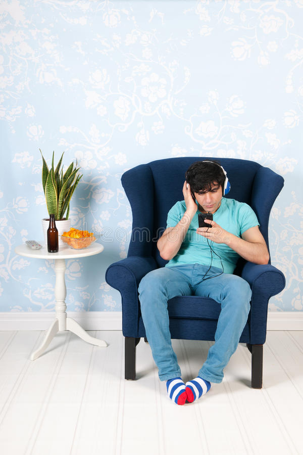 Lyssna till musik med den smarta telefonen royaltyfri bild
