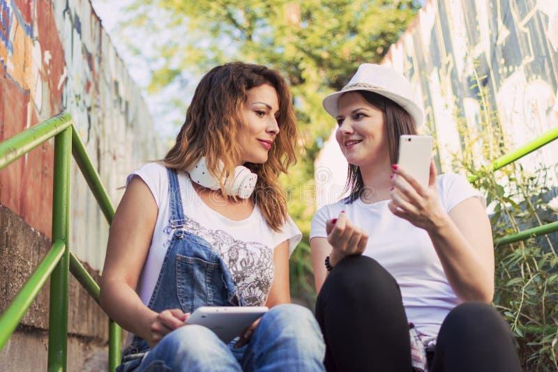 Lyssna till musik och att göra selfies och att koppla av och att tycka om arkivfoton