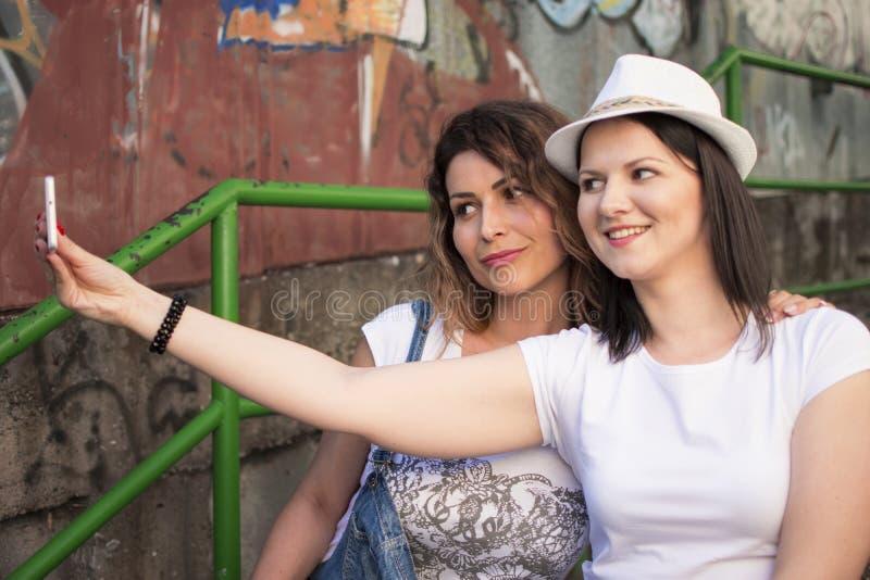 Lyssna till musik och att göra selfies och att koppla av och att tycka om royaltyfri fotografi