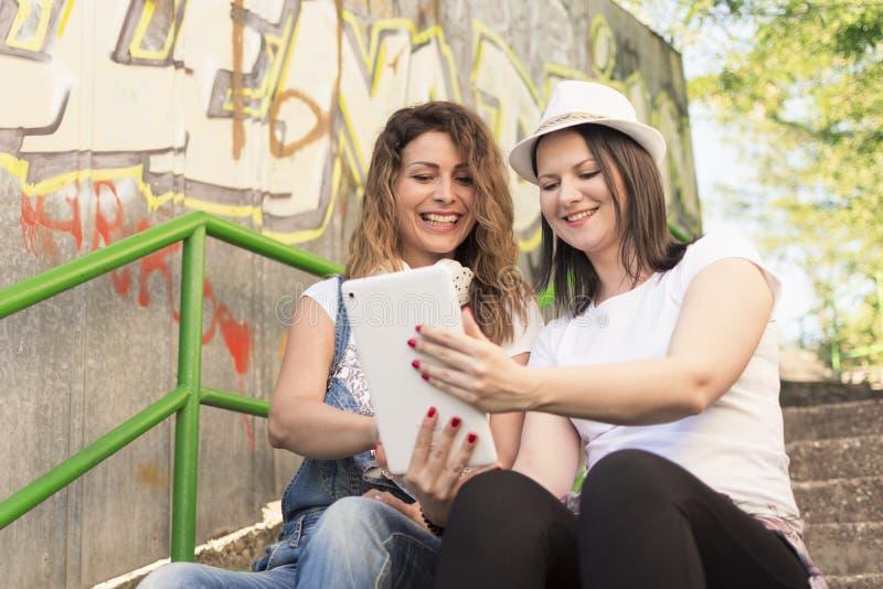 Lyssna till musik och att göra selfies och att koppla av och att tycka om royaltyfri foto