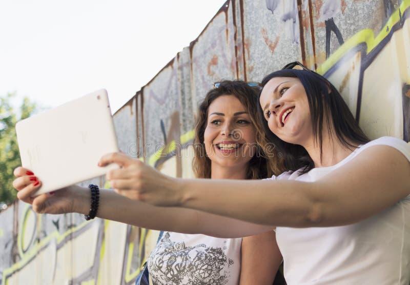 Lyssna till musik och att göra selfies och att koppla av och att tycka om arkivfoto