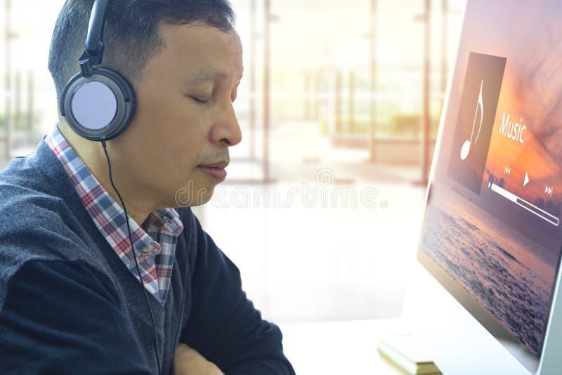 Lyssna till musik som strömmar underhållning arkivbild