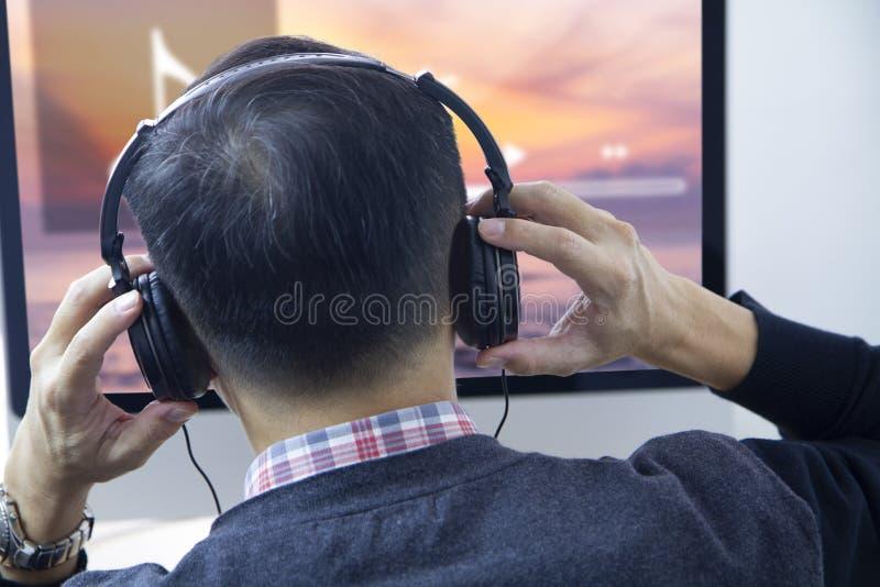 Lyssna till musik som strömmar underhållning fotografering för bildbyråer