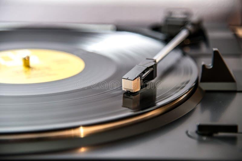 lyssna till vinyl, retro musik arkivfoto