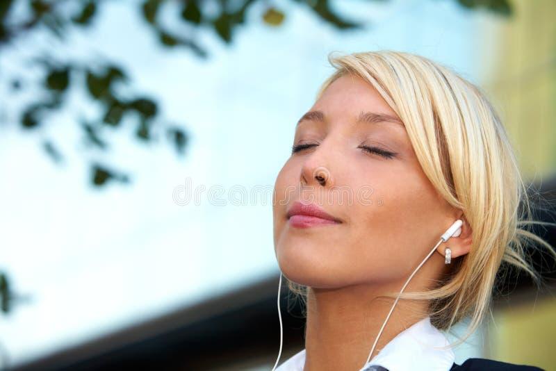 lyssnande barn för affärskvinna arkivbild